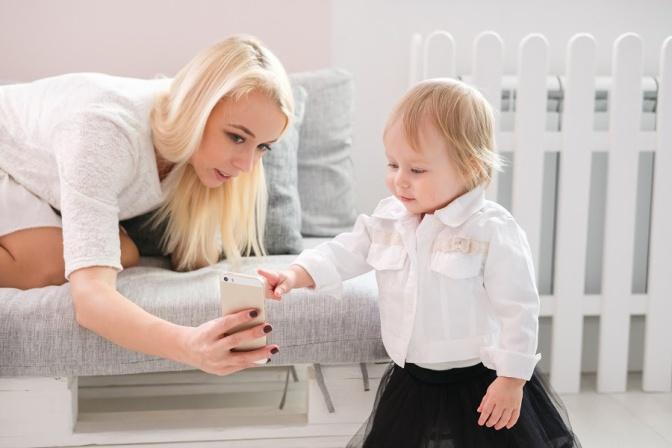 Mães solteiras que usam apps de paquera, qual a hora certa para falar dos filhos?